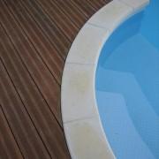 Détail sur une plage de piscine en bois, Pornic